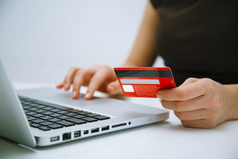 Zakupy online i tradycyjny przelew. Czy to ma sens?