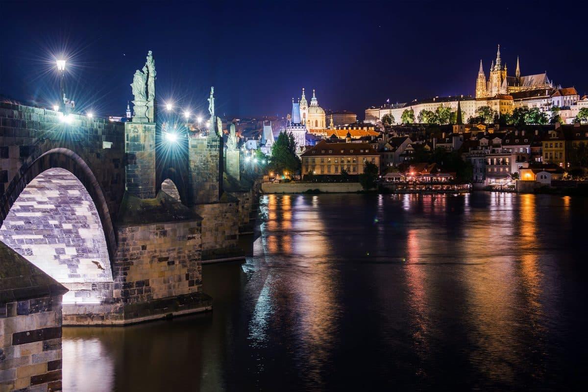 Płatności kartą w Czechach – czy działają podobnie jak w Polsce?