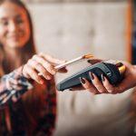 Płać bez karty i portfela – o mobilnych metodach płatności